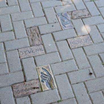 Ženklai miesto grindinyje