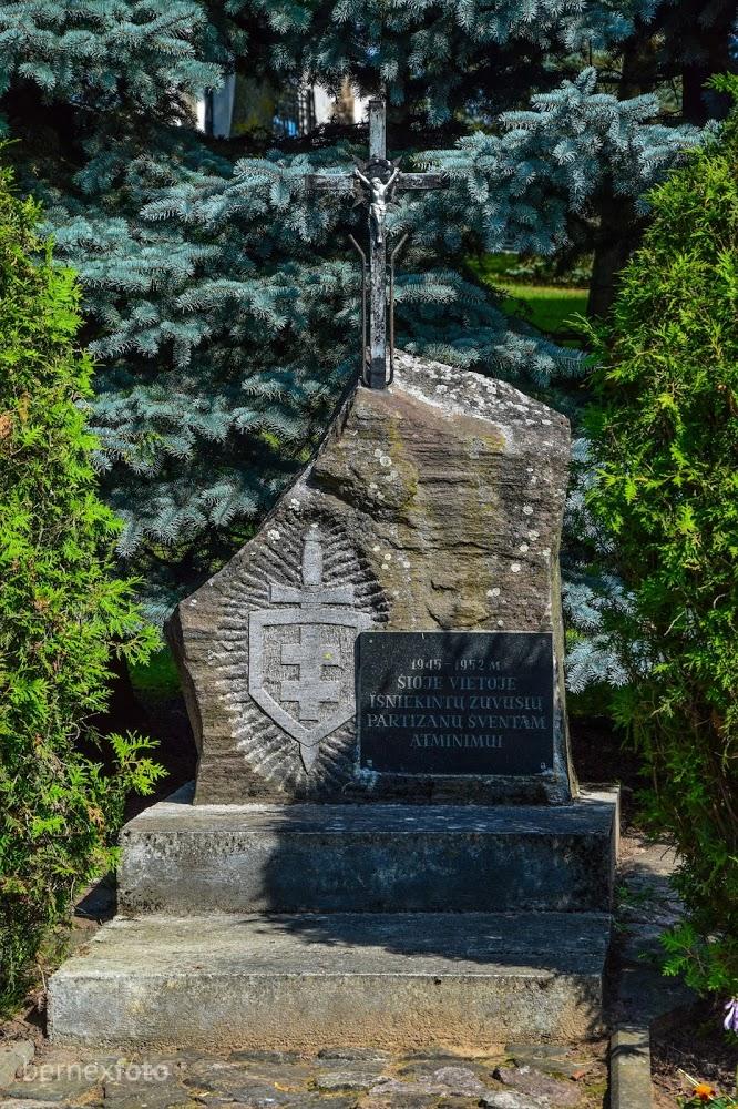 Paminklas išniekintų žuvusių partizanų atminimui